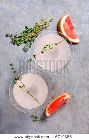 Grapefruit and thyme gin cocktail vie from above