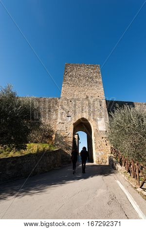 Entrance to the fortified town of Monteriggioni ancient medieval village near Siena Toscana (Tuscany) Italy Europe