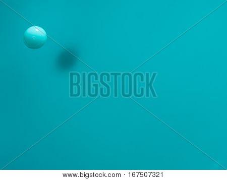 Gota azul celeste flotando en el aire.