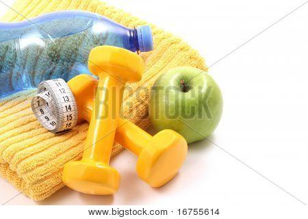 Hanteln Handtuch, Wasser und Apple - bereit zur fitness