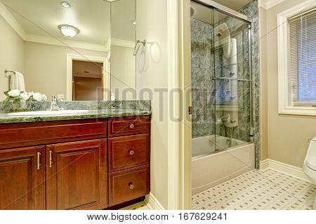 Bathroom Design With Soft Creamy Walls