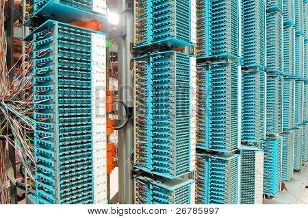 LWL Kabel Verbindung zu Servern in einem Rechenzentrum (siehe weitere Netzwerk-Kabel und Server Hintergrund ich