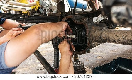 Technicians Are Helping To Assemble The Car Power Steering Gearbox.