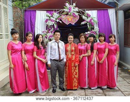 Viet Tri, Ha Noi, Viet Nam - 28 Jun,2014: Bride And Groom Stand With Bridesmaids In Vietnamese Weddi