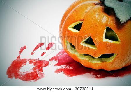 um Lantern em uma piscina de sangue e um handprint sangrento