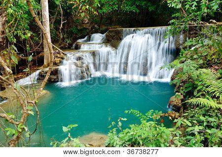 Wasserfall im Nationalpark, der Provinz Kanchanaburi, thailand