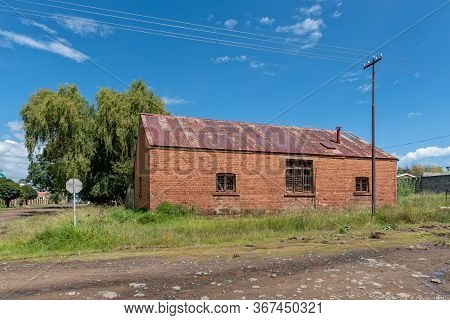 Clocolan, South Africa - March 20, 2020: A Street Scene, With An Old, Neglegted Building, In Clocola