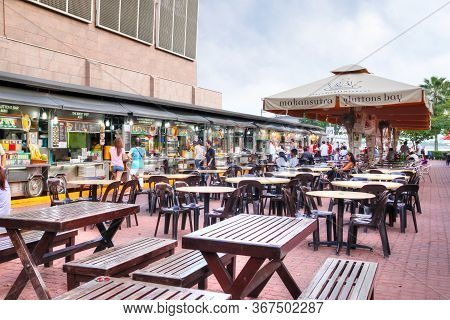 Singapore - April 7, 2011: Visitors Dining At Makansutra Gluttons Bay In Singapore, A Popular Culina