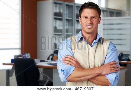 Erfolgreiche lässig Geschäftsmann im Büro