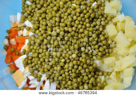 Guisantes, Verduras Y Huevo Para Ensalada