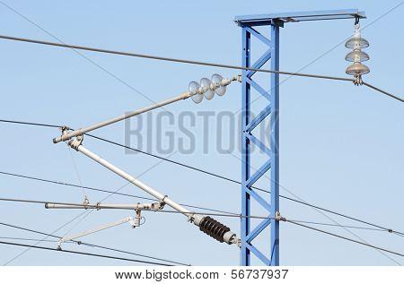 Spitze der einen Bahn-Oberleitung mit einem blauen Himmel