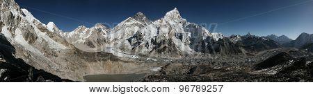 Mount Everest (8,848 m) and the Khumbu Glacier from the summit of Kala Patthar (5,644 m) in Khumbu region, Himalayas, Nepal.