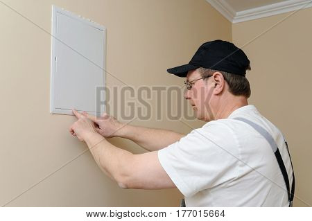 Worker closes the switching niche with a hatch.