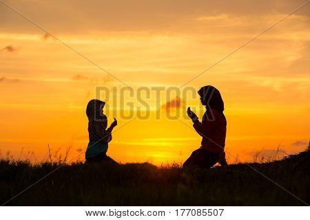 Muslim girls silhouette blurred backgroundSilhouettesthe light of faith hope faith supplicationHand of Muslim people praying with mosque interior background