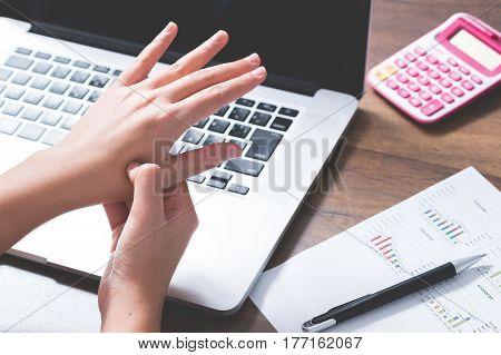 A young office woman got wrist pain