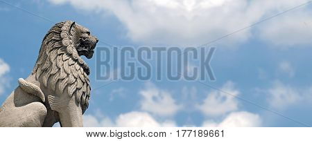 Website banner of a lion statue in Budapest