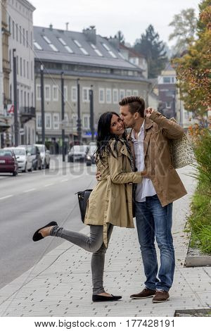 a young couple with a stroll through the city