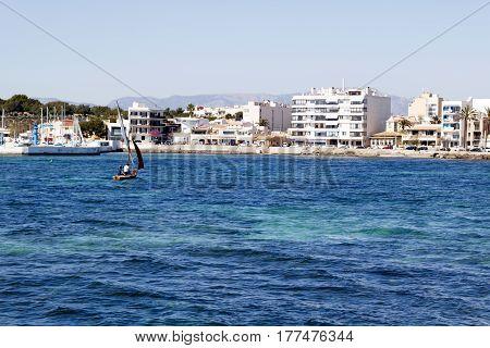 Barco navegando cerca de la costa mediterránea.