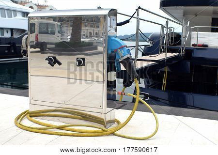 Energy support equipment for nautical vessels in the marina