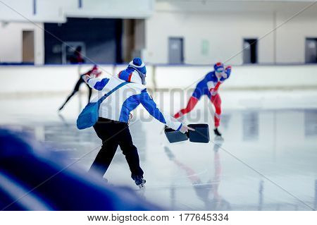 coach speed skaters shows result on competitions in speed skating