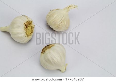 3 garlics laying flat on their side
