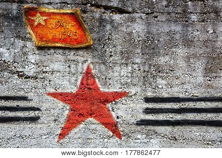 A memorial sign on the wall of a military bunker 1941-1945