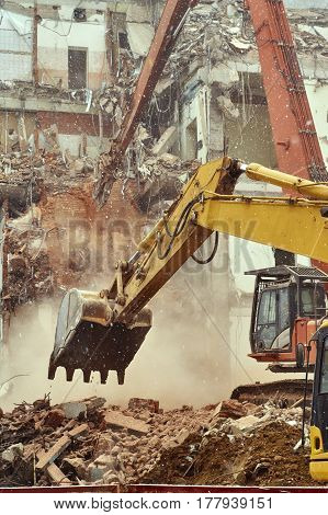 Demolition of city house with special equipment