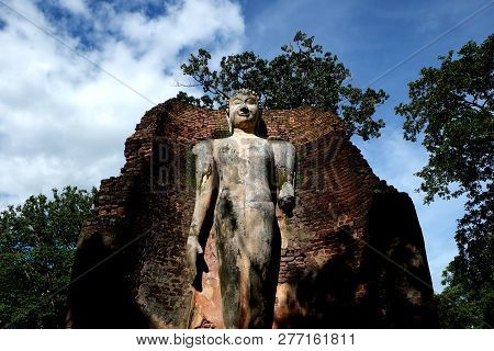 Wat Phra Si Lriyabot With Buddha Statues Historical Park In Kamp