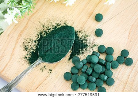 Close Up  A Spirulina Powder  And Spirulina Pills In Spoon , Healthy Superfood Diet And Detox Nutrit