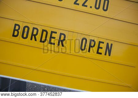Yellow Border Open Sign, Eu