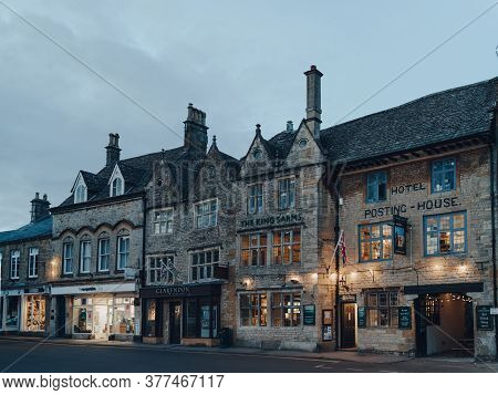 Stow-on-the-wold, Uk - July 6, 2020: Exterior Of The Kings Arms Pub And A Row Of Shops In Stow-on-th