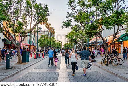 Santa Monica / Ca - July 26 2015: View Of The Third Street Promenade, A Pedestrian Mall Shopping, Di