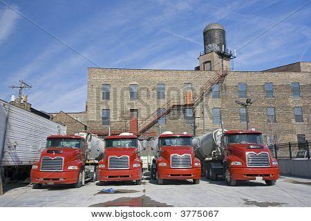 Trucks in konkreten Fabrik