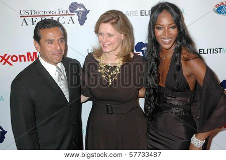 Antonio Villaraigosa with Sara Brown and Naomi Campbell at the The First Ladies of Africa Health Summit. Beverly Hilton, Beverly Hills, CA. 04-21-09