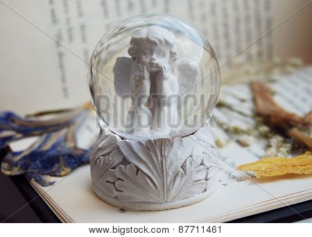 The angel in the snow ball