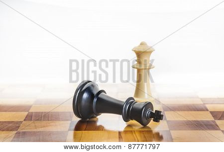 Fallen chess king as a metaphor for fall from power