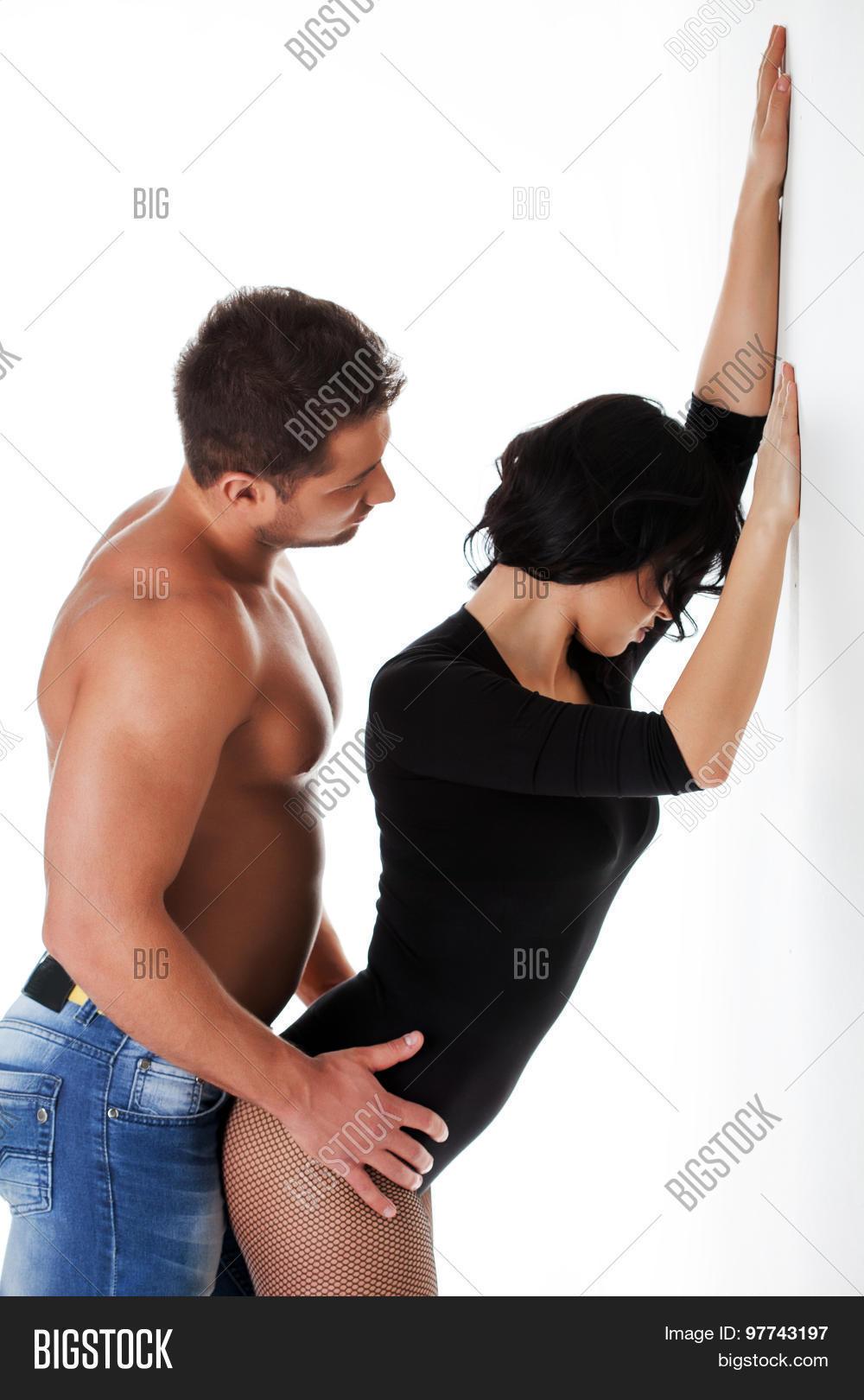 Парень сексуально раздевает девушку видео
