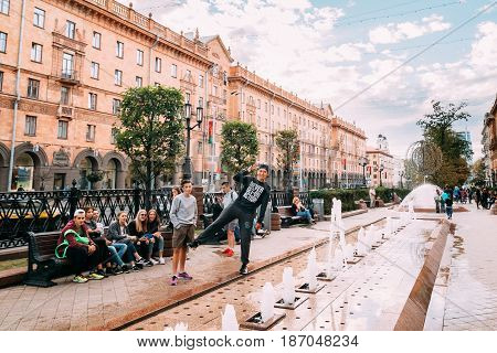 Minsk, Belarus - September 3, 2016: Teenagers Are Posing For A Photo Near The Fountain. People Resting Walking On Lenin Street In Summer Evening.
