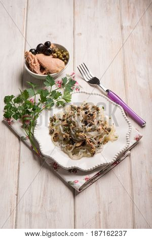 spaghetti shirataki with tuna black olives and capers