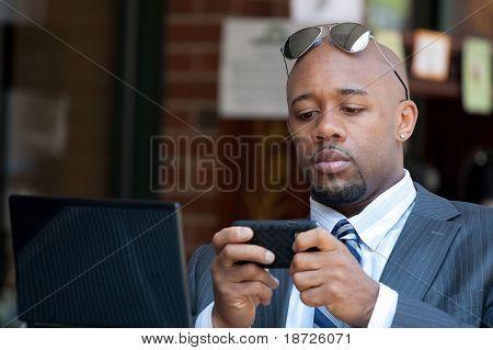 Business-Man drahtlos arbeiten und mobile