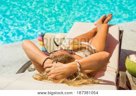Woman with hat at the swimming pool