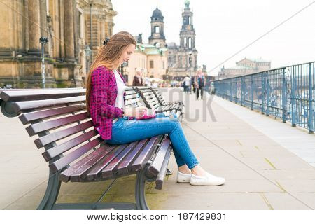 girl writes in the diary the impression of the tourist on Dresden