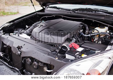 The new off-road vehicle's engine V8 is covered with plastic.