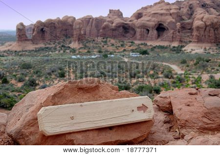 Blank sign in a park with an arrow pointing to the right, in this case from the Arches National Park in Utah, USA.