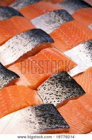 Filets von Lachs, angeordnet in einer Patchwork-Anzeige auf einem Fischmarkt