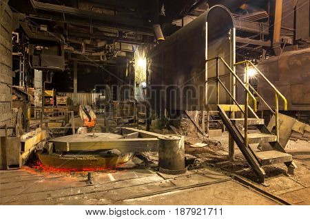 Closed lid fuel furnace of mine type for remelting cast iron - blast cupola.