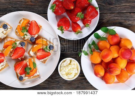 Crisp Toasts With Cream Cheese And Fruits