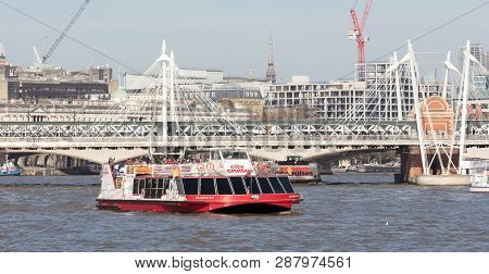 London, United Kingdom - Februari 21, 2019: A City Cruises Touristic Boat Navigating By Thames River