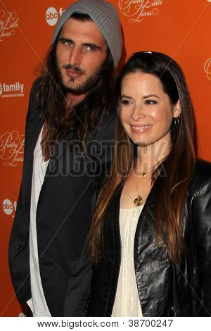 """LOS ANGELES - OCT 16:  Holly Marie Combs arrives at  """"Pretty Little Liars"""" Special Halloween Episode Screening at Hollywood Forever Cemetery on October 16, 2012 in Los Angeles, CA"""