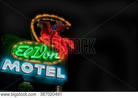 Albuquerque Usa September 17 2015; El Don Motel Iconis Route 66 Neon Sign Illuminated Against Dark S